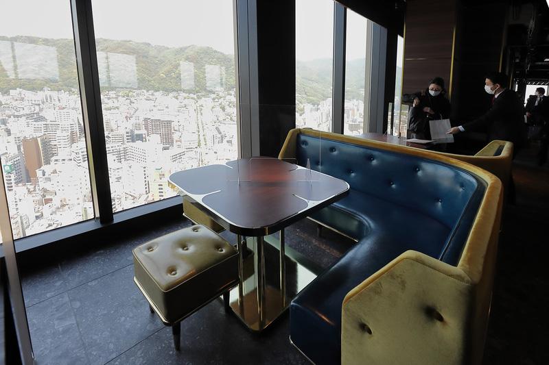 窓際には神戸の街並みが一望できる少人数用の座席も