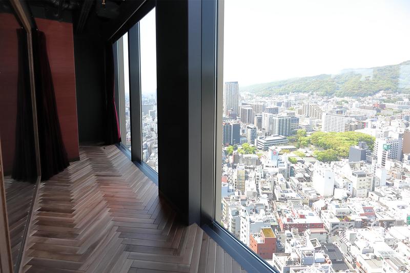 窓際に立つと空中から神戸の街を見下ろしているかのようだ