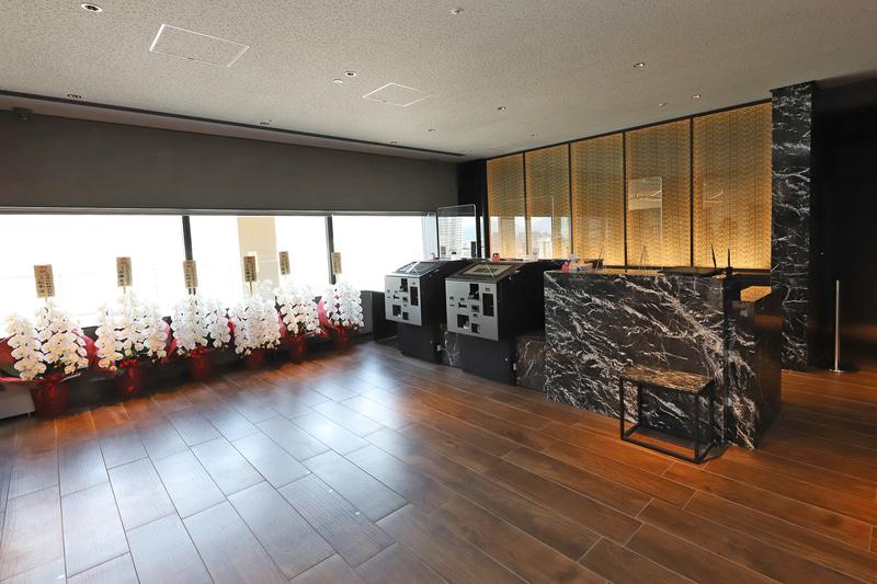 広々とした空間で自動精算機なども備え、ウィズコロナの時代にもマッチ。喫煙スペースもこのフロアにある
