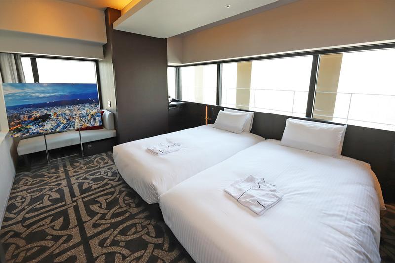 ツインルームの例。写真の部屋は北東角で、六甲山側が望める。景色はパネルを参照