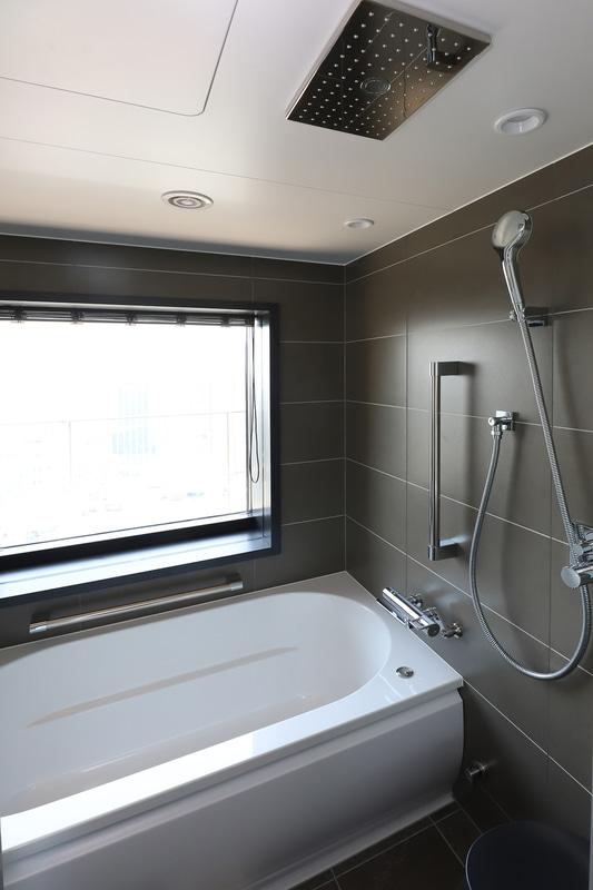 バスタブはツインルーム、ユニバーサルルームに設置。ツインのバスルームは眺望もある