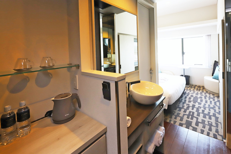 ダブルルーム(左:山側、右:海側)のシンクは室内にある。ツインルームはバス・トイレ内に設置