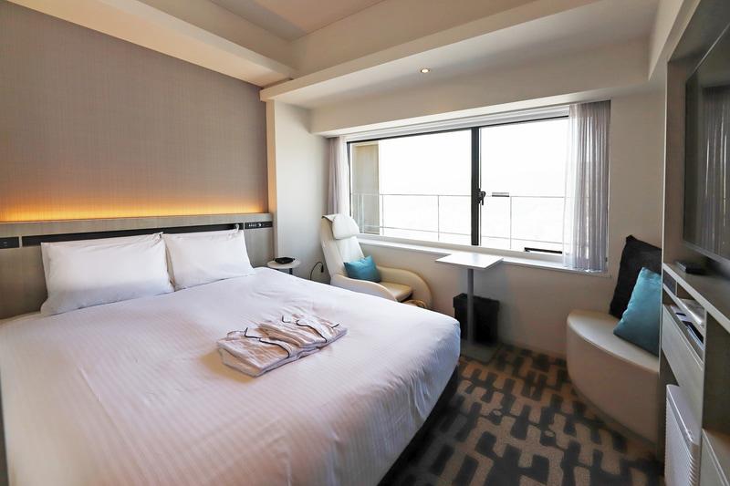ダブルルームは165室。写真の部屋は山側で、デザインコンセプトは「目覚め×六甲山」