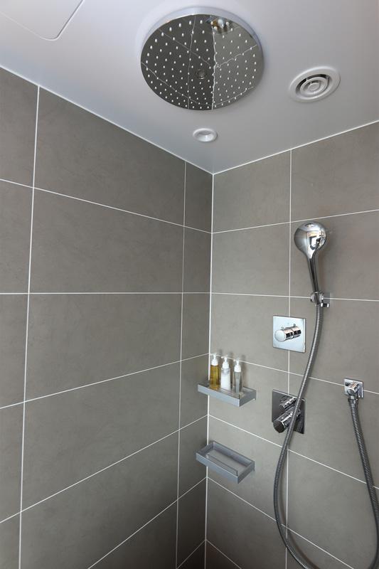 全室にレインシャワーを完備。1日の疲れを一気に洗い流してくれる。写真左がツインルーム、右がダブルルーム