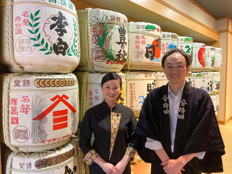 界 出雲の鈴木奈美さん(左)と酒持田本店の蔵元(右)