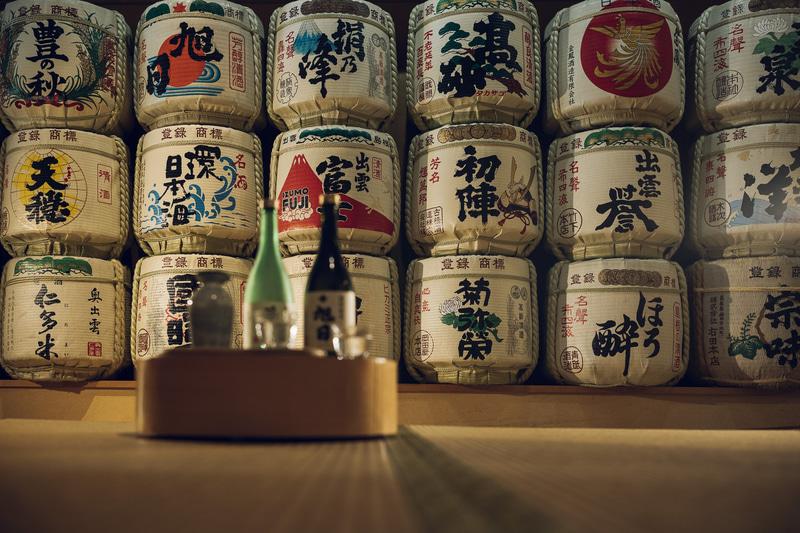 界 出雲の「日本酒BAR」には地酒の菰樽が並ぶ
