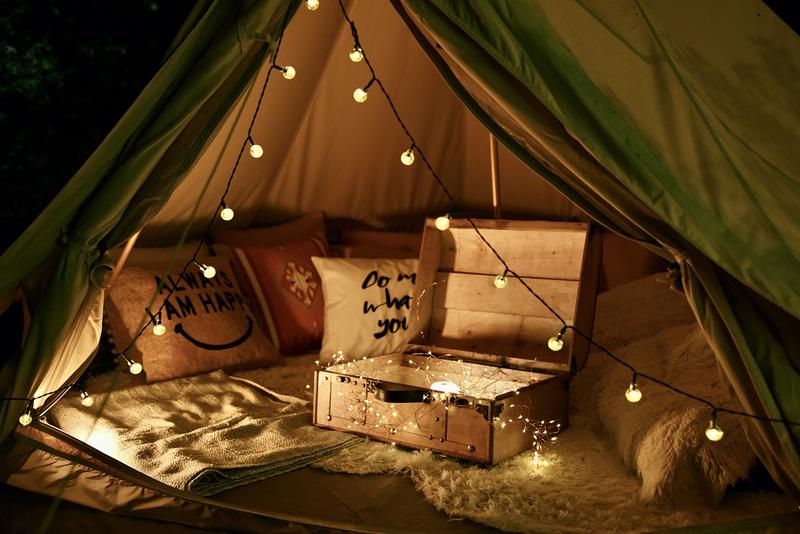 6つのテーマのグランピングテントを設置