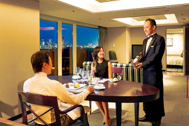 和洋中120種の料理と300種のワイン&カクテルを客室で楽しめる