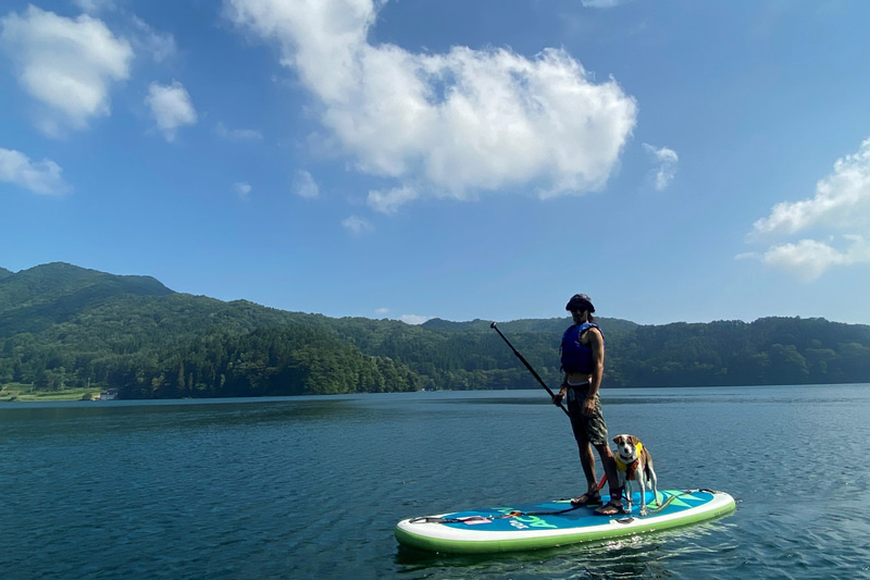 ホテルタングラムは愛犬や家族で楽しめる野尻湖SUP体験を提供する