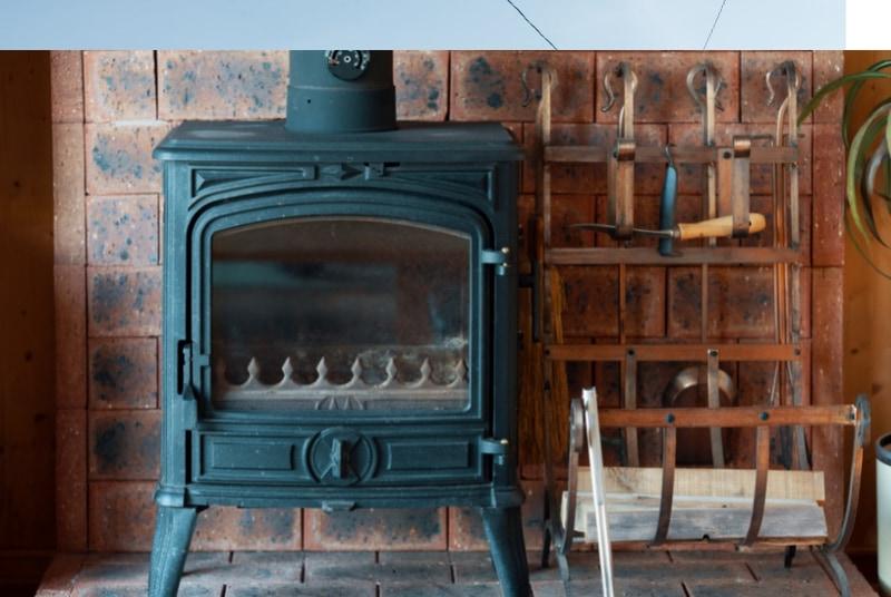 暖炉を焚くことで冬でも快適