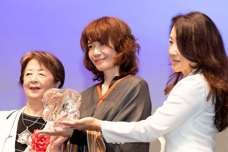 第1回 兼高かおる賞を受賞したヤマザキマリさん(中央)