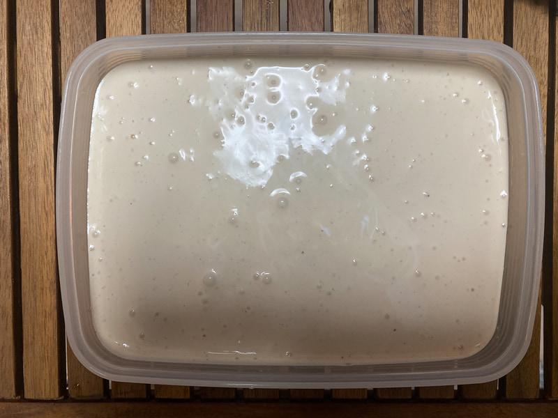 容器に入れて7〜8時間冷凍庫に入れます。途中でかき混ぜなくても大丈夫
