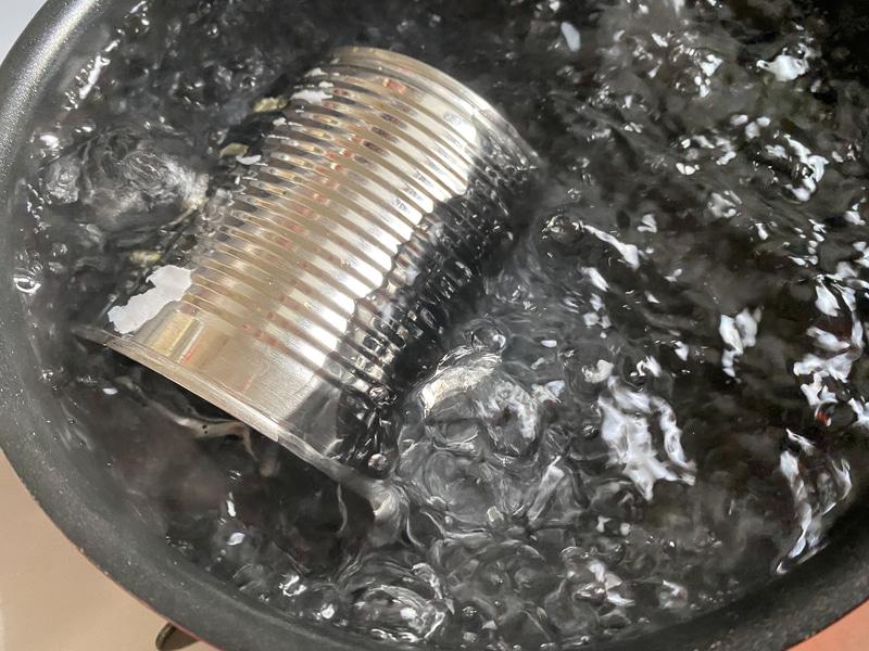 鍋に缶がかぶるくらいの水を入れて、弱火〜中火で3時間湯煎します