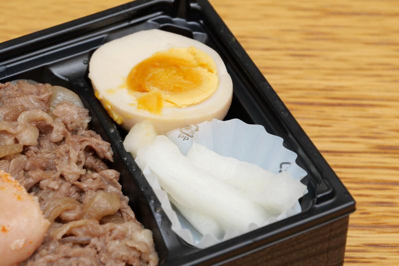 付け合わせの煮卵は、味がしっかりと染みていて食欲が増進される