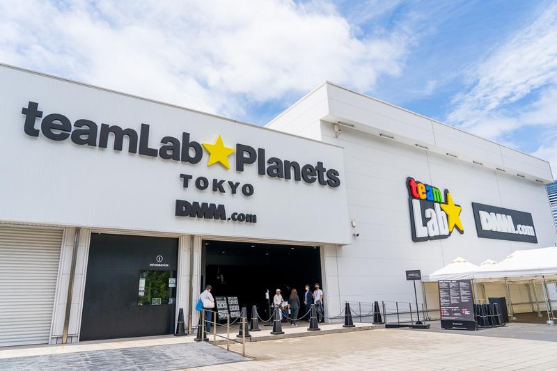 「チームラボプラネッツ TOKYO DMM」の最寄り駅はゆりかもめ「新豊洲」駅。有楽町線の豊洲駅からは徒歩10分ほど