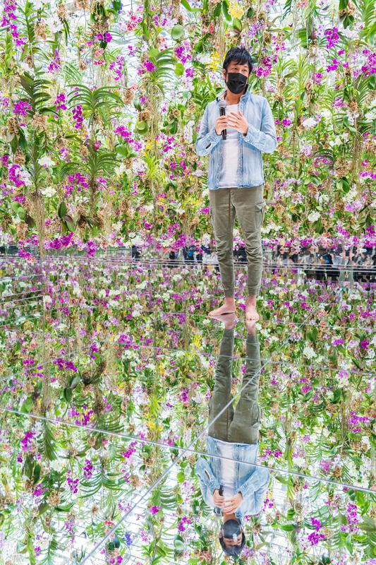 作品説明を行なったチームラボ代表の猪子寿之氏は「今後も青いランなどめずらしい種類も入る予定なので、ぜひ季節を変えて来ていただきたい」と語った