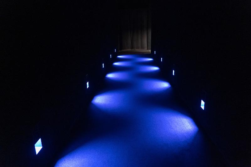 館内はこんな感じの暗い通路を巡りながら作品と作品の間を移動する
