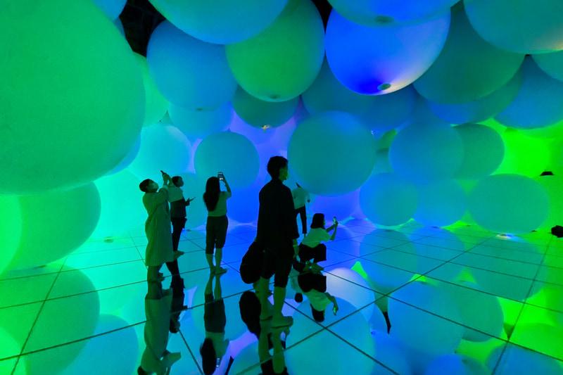 鑑賞者は自由に浮遊する光の球体をかき分けてその空間へ。球体は叩いたりすることで色を変化させ、近くの球体へと連続的に呼応する