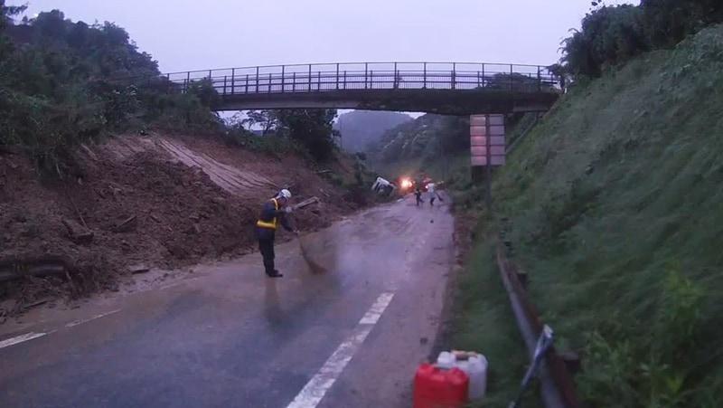 7月4日22時にランプ1本の土砂排除を終え、緊急車両の通行が可能となった