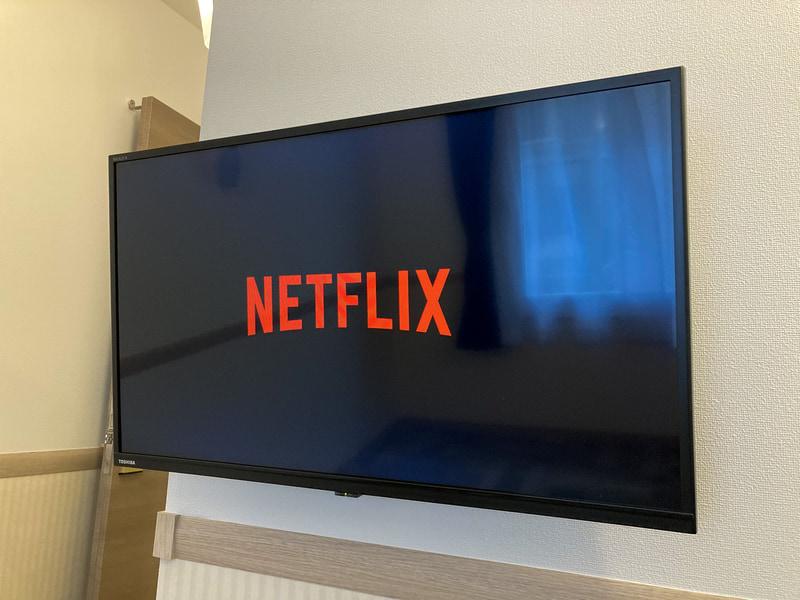 YouTubeとABEMAは誰でも、Netflixなどはアカウントがあれば視聴できる(写真提供:東横イン)