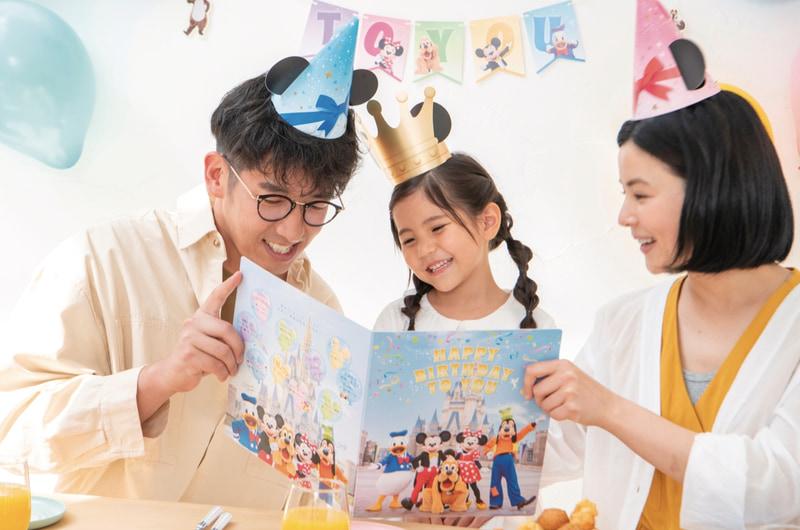 シンデレラ城を背景にディズニーの仲間たちをあしらったボックスを開けるとガーランドやバルーンなどお祝いを盛り上げるグッズが