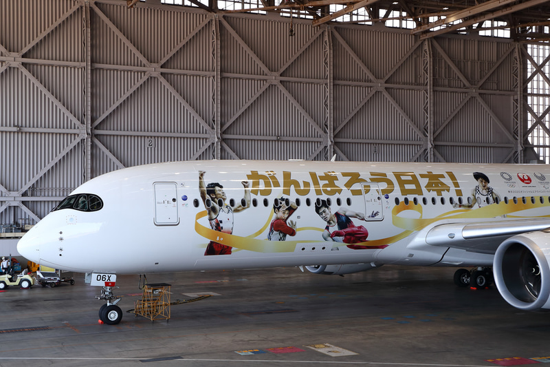 機体左側。すべてのアスリートが金のリボンでつながっている
