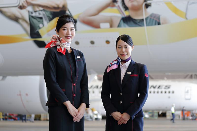 客室乗務員(左)、地上接客部門スタッフ(右)の期間限定スカーフ