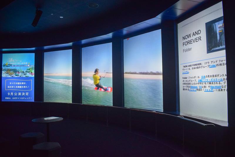 大水槽の向かいには5枚のアクリルパネルから成る大スクリーン。迫力ある生き物の映像でバーチャル水槽にもなる