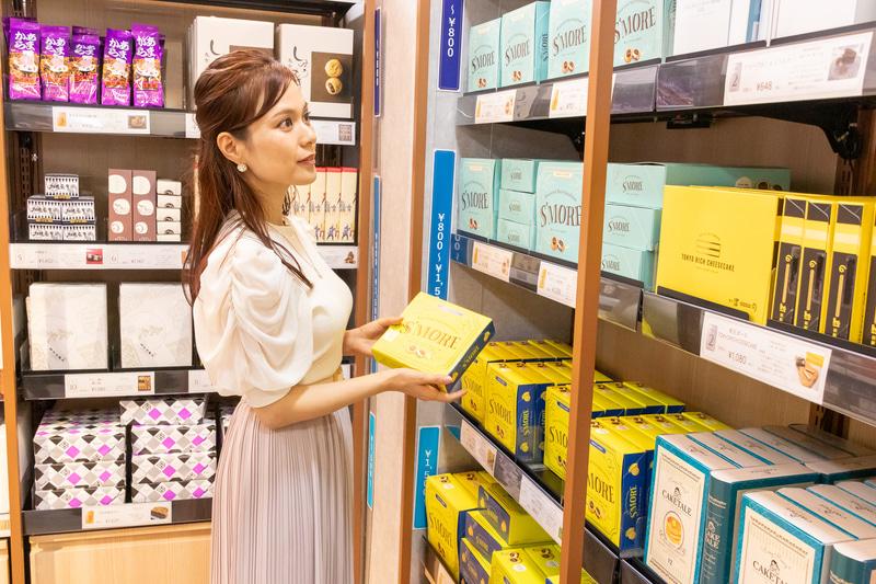店舗の広さは約42m<sup>2</sup>で、お土産菓子を中心に100種類ほどの商品を陳列している。天井に設置された18台のカメラで人物や商品をトラッキングする