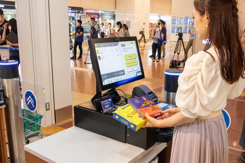 ゲートをくぐり、購入したい商品を手に取り、レジでセルフ会計をするだけなので、非常にスピーディに購入できる。レジは日本語のほか、英語表記にも対応している。なお、正確な記録をするために店内は10人までの入場制限がある