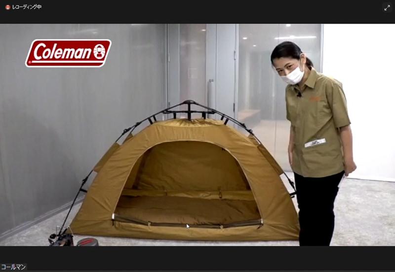実際にテントを設置して、同梱されているアイテムを並べたところ。テントや寝具、キャリーケースのカラーリングは統一されている