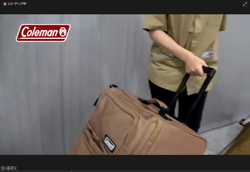 キャスターと伸縮する取っ手が付いているので、スーツケースのように引いて運べる