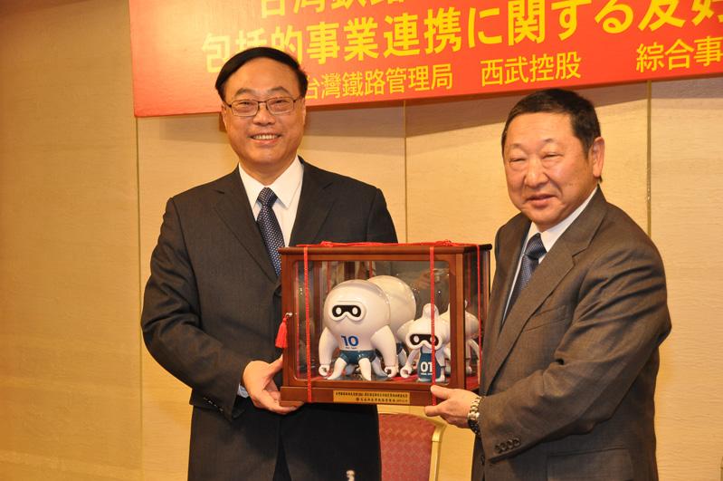 締結式の後には、お互いのキャラクター人形を交換。西武HDからは西武ライオンズのマスコットである「レオ」が、台湾鉄路管理局からは宇宙人にも鉄道に乗ってもらいたいという意味を込めた「外星人」が贈られた