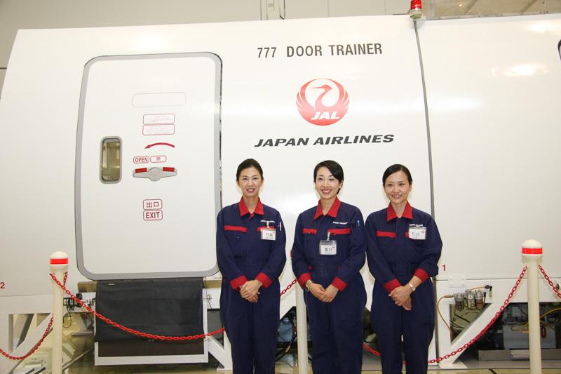 左から、日本航空 客室品質企画部 客室教育・訓練室 安全訓練グループ 竹島智江さん、香月瞳さん、石井啓子さん。定期救難訓練の教官を務めるリードキャビンアテンダント