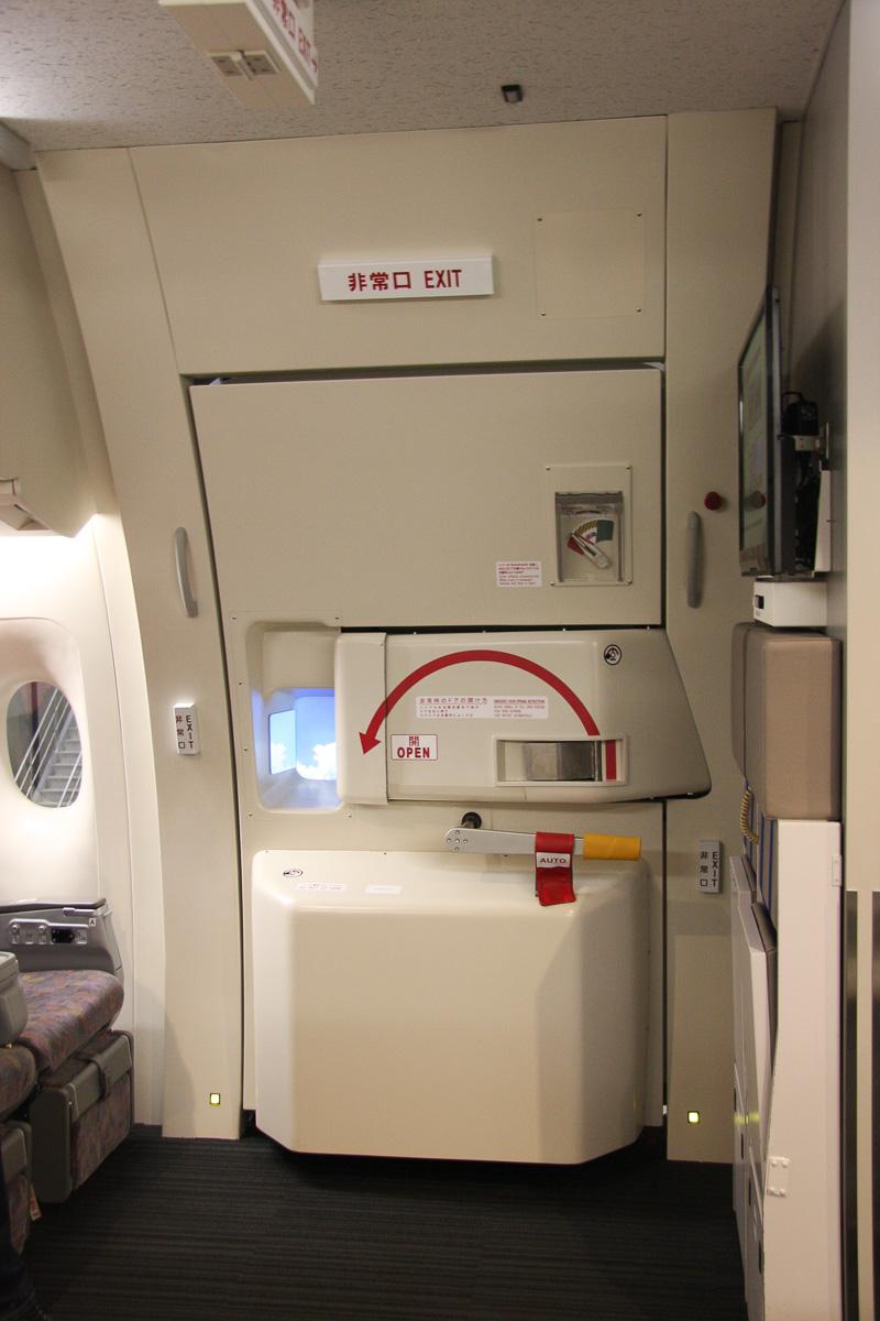機内から訓練設備の扉を見る。ボーイング 777仕様の扉