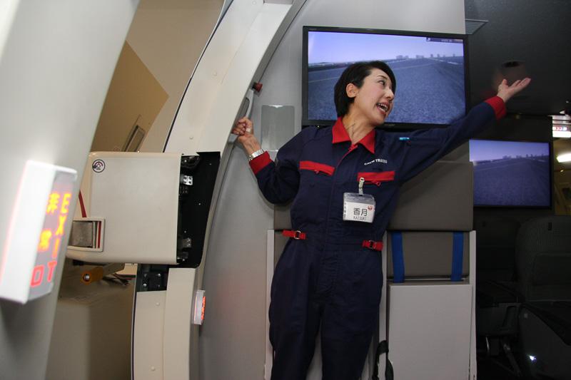着陸後、扉を開け、いよいよ脱出