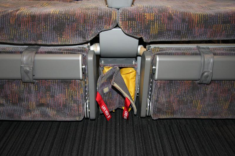 機種によって異なるが、救命胴衣は座席近くに装備されている