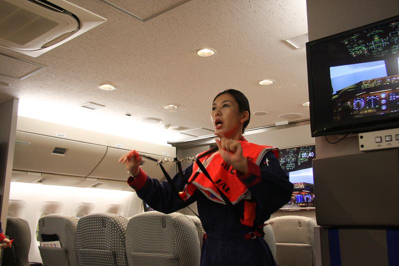 救命胴衣を装着したら座席に座り、シートベルトをして海上への緊急着陸に備える