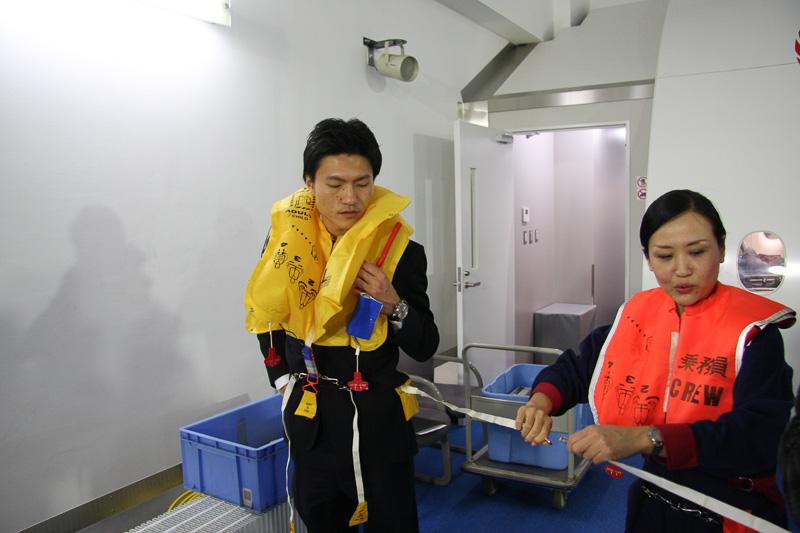 救命胴衣同士をチェーンで接続できる。これにより海上で離れ離れになるのを防げるほか、大きな環を作って目立ちやすくする