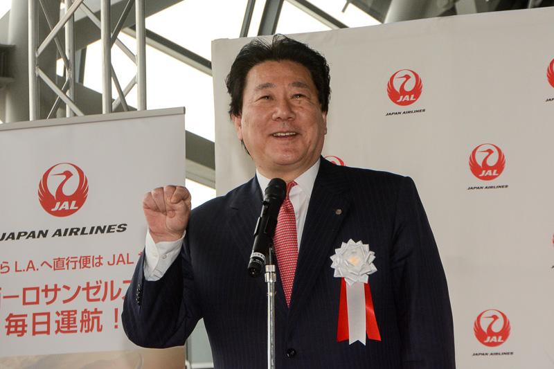 初めてボーイング787に乗ったとき、窓の下のボタンを何度も押してしまったエピソードを笑顔で語る、JAL代表取締役社長の植木義晴氏