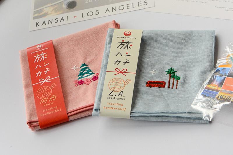 大阪城と桜、バスとヤシの木が刺繍された、同便搭乗者限定配布のハンカチセット