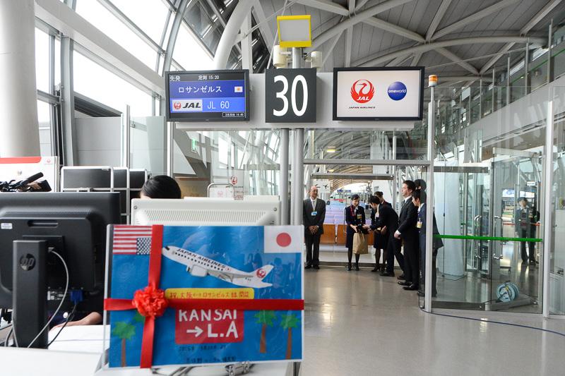 JL60便にアサインされた30番ゲート。別記事でお伝えしている機体見学会で泉佐野ルーテル保育園児からプレゼントされたパネルも飾られた