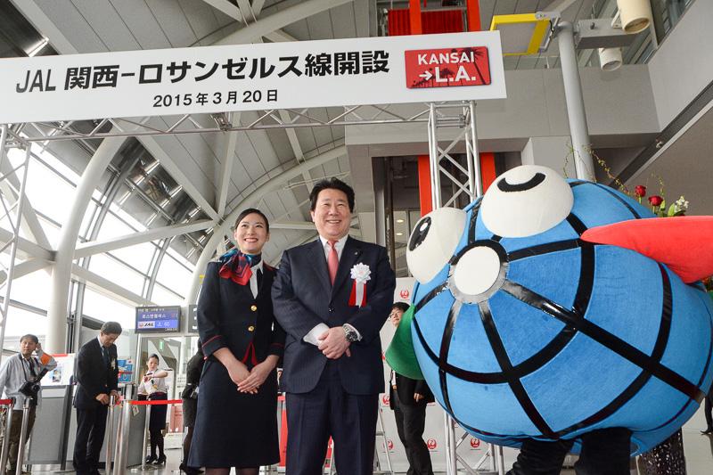関西国際空港マスコットキャラクターの「カンクン」も駆けつけ記念撮影。最後まで搭乗客を見送った