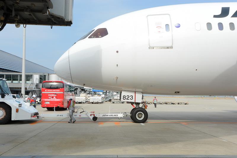 出発準備が進められるJL60便