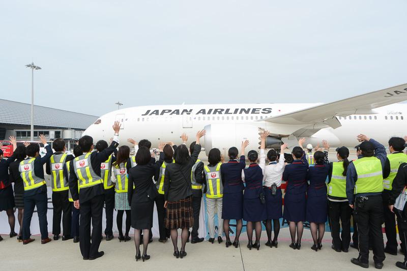 たくさんのスタッフの見送りを受け、JL60便はロサンゼルスへ向けて飛び立っていった