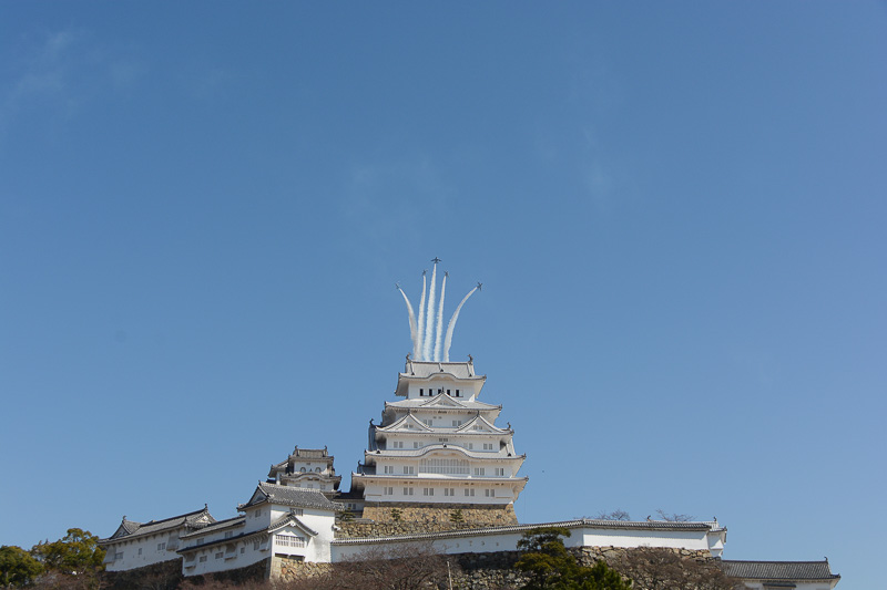 姫路城大天守の真後ろから姿を見せたブルーインパルス5機が上空で5方向へ散開