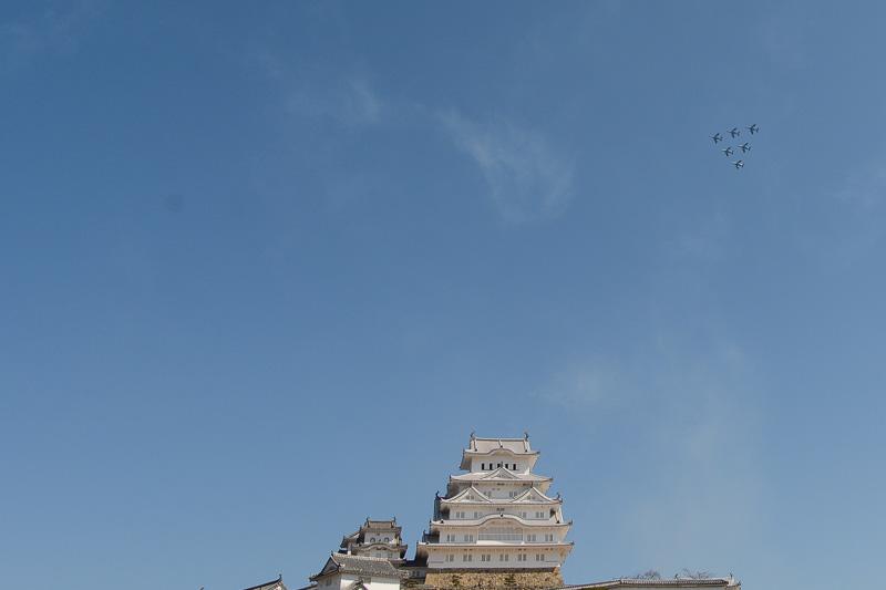 三角形の隊形で姫路城の上空を360度旋回