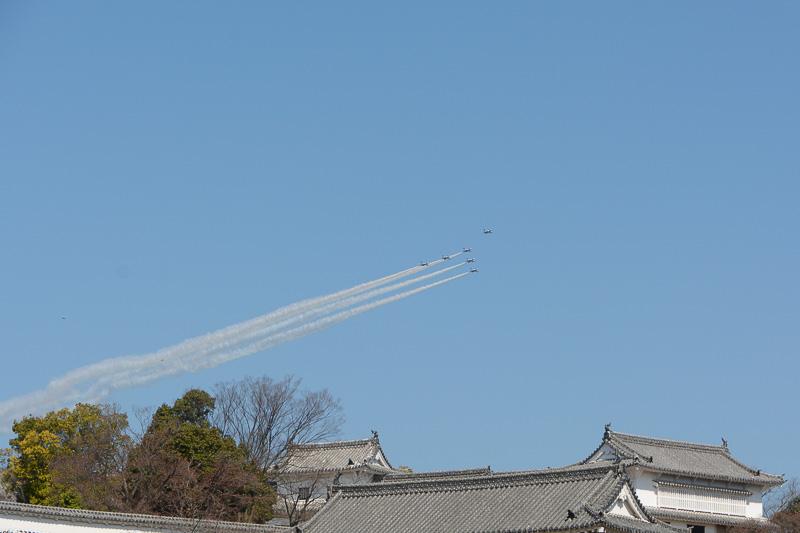 「西の丸」方向から現われたブルーインパルスが、白鳥をイメージした隊形で上空を通過