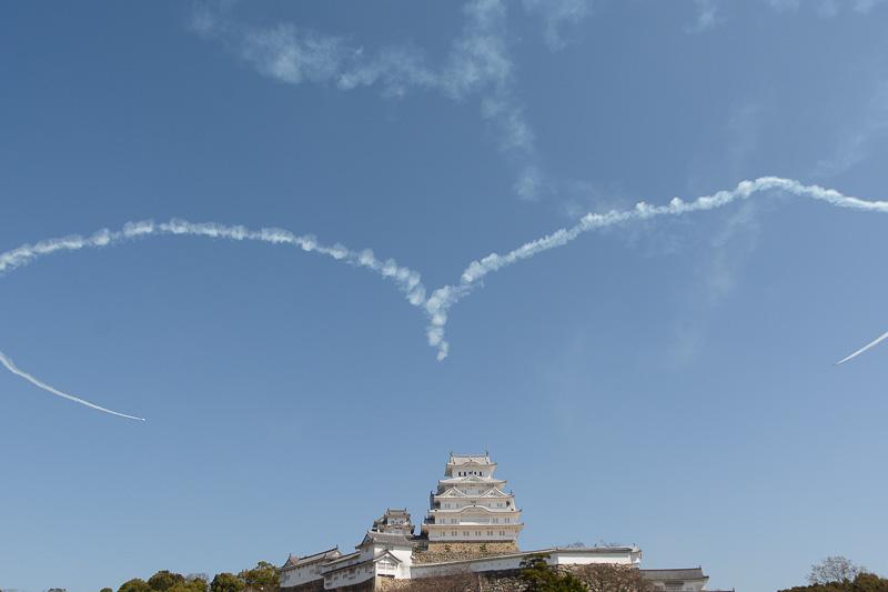 姫路城大天守の上空に大きなハートを描く