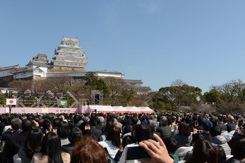 式典の招待客もスマートフォンやデジカメを空に掲げてブルーインパルスの演技を撮影していた